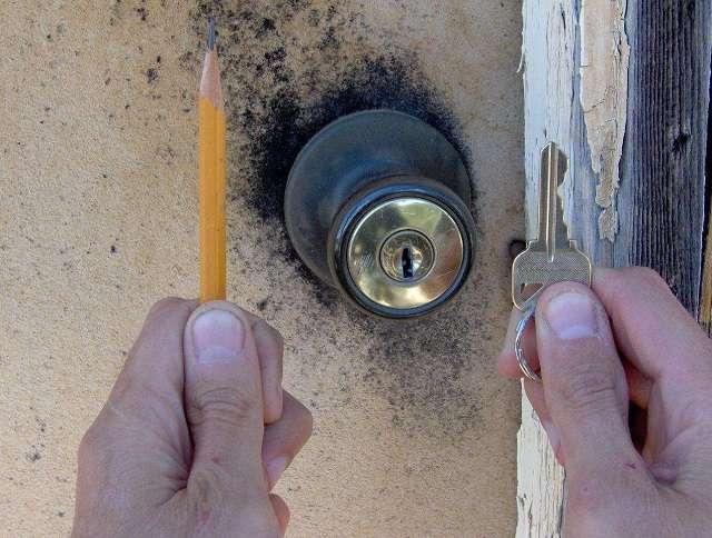 Xử lý chìa khóa bị kẹt bằng bột than chì
