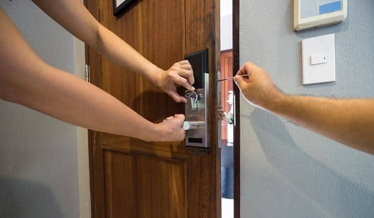lắp khóa thông minh vào cửa đúng quy trình