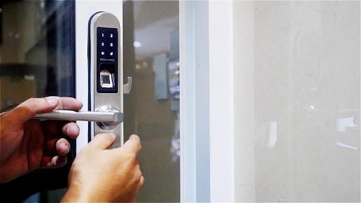 mẹo lắp khóa thông minh vào cửa đơn giản